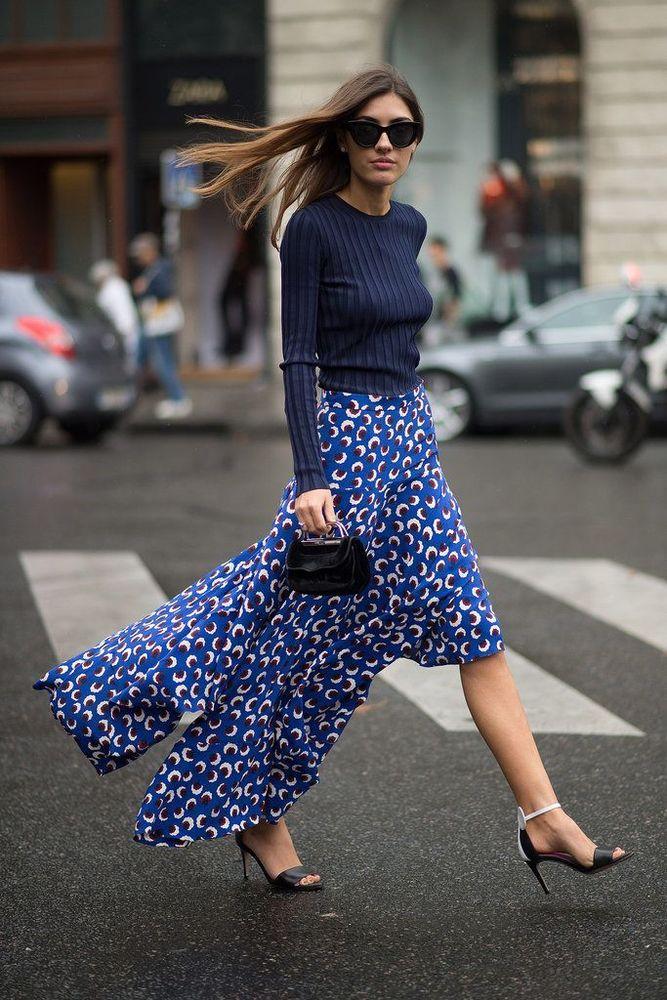 atasan berwarna gelap bisa kamu padukan dengan rok bermotif cerah