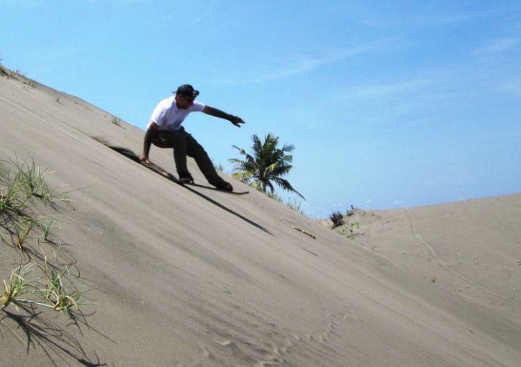 Sandboarding di Gumuk Pasir Parangkusumo