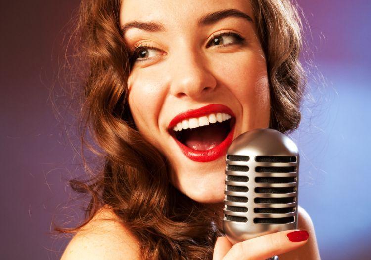Bakat menyanyi dan menguasai panggung.