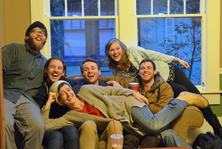 Bahagia bersama teman dan keluarga