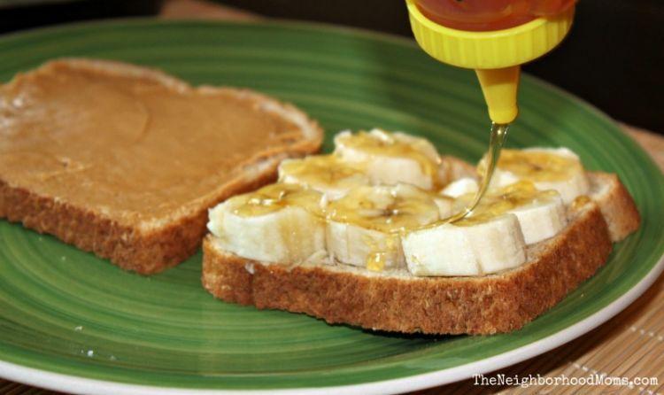 Madu dengan roti, selai, dan pisang