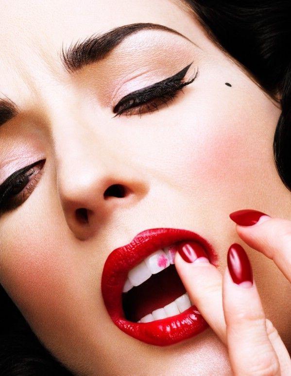 Lipstik di gigi