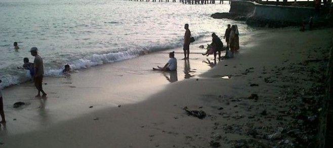 Warga kendal yang menghabiskan waktu di pantai jomblom