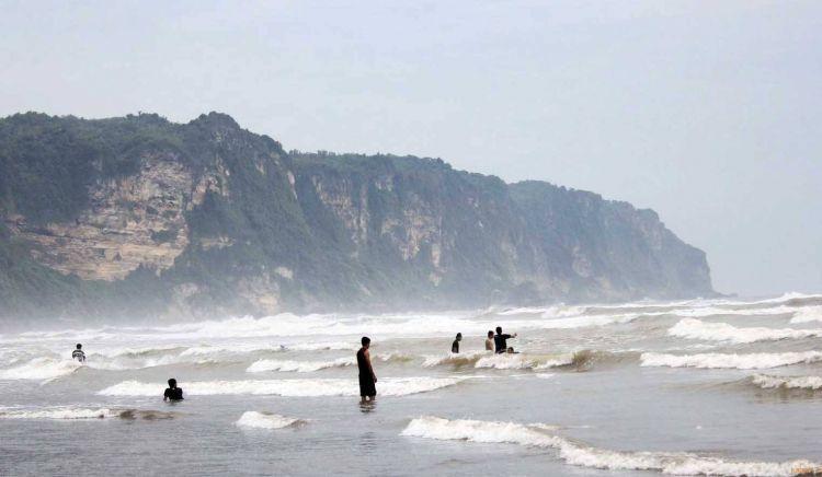 Hati hati dengan ganasnya ombak pantai selatan