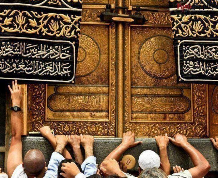 Menyentuh Hajar Aswat dipercaya bisa mengabulkan semua permohonanmu