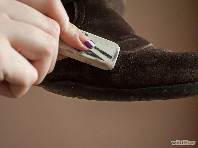Karet penghapus bisa jadi pembersih yang tepat untuk sepatu suede-mu