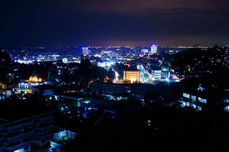 Pemandangan lampu kota Batam dari Bukit Senyum