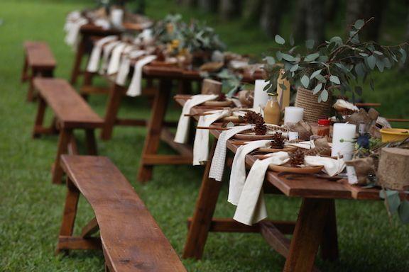 Dekorasi pernikahan dengan bangku kayu
