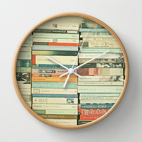Jam dinding dengan cover buku