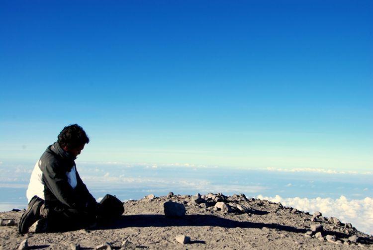 Memanjatkan doa di gunung