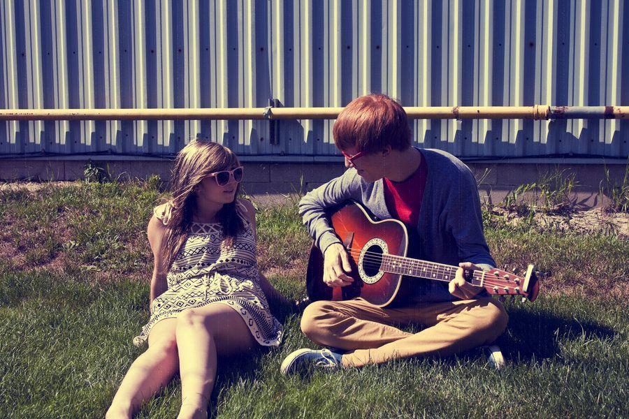 Картинка парень играет на гитаре девушке