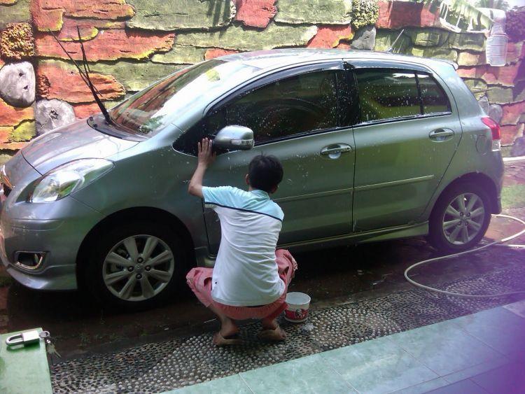 Cuci kendaraan sendiri membuatmu lebih dekat dengan mereka