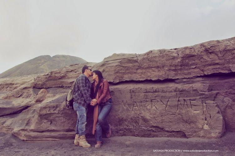 Prewedding unik di hamparan pasir Bromo