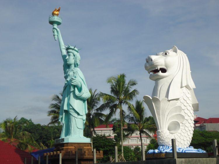 Patung Liberty dan Merlion di Surya yudha Park