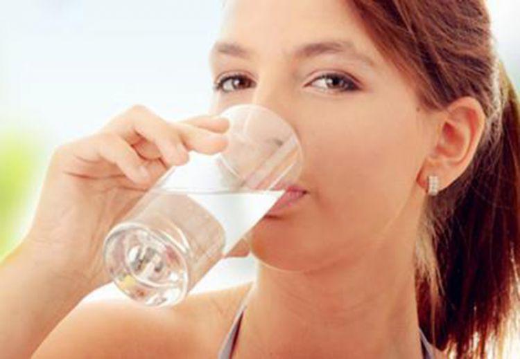 Minum air putih supaya tidak dehidrasi