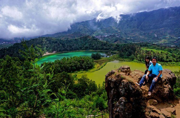 Pemandangan Telaga Warna dan Pengilon dari atas Batu Ratapan Angin