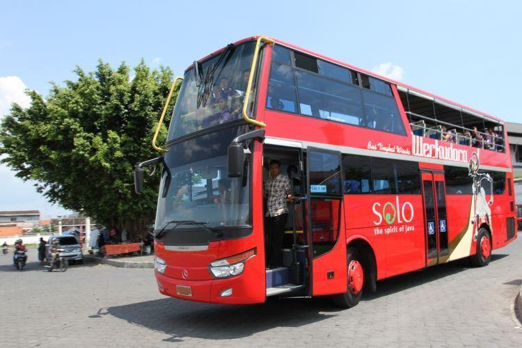 Kendaraan bus tingkat yang Kota Solo punya.