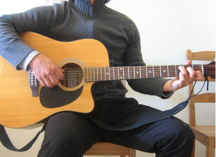 Ketahui posisi duduk dan memegang gitar dengan benar