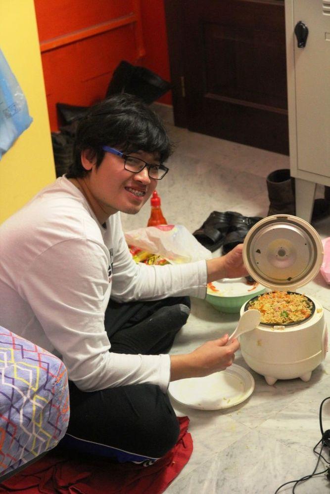 Demi anggaran makan yang lebih hemat masak nasi sendiri aja