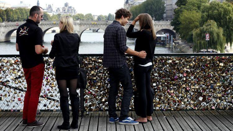 Ajak dia memasang gembok cinta di Eropa