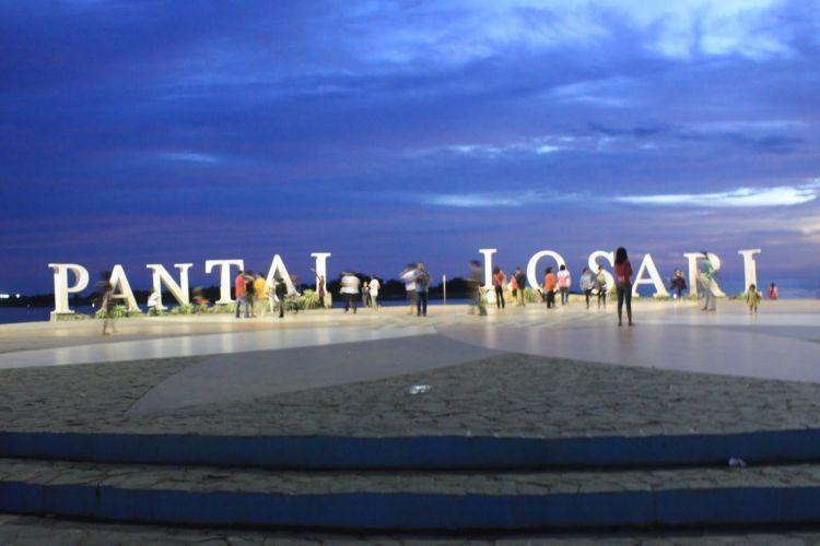 Pantai Losari sering jadi alternatif warga Makassar untuk melepas penat.