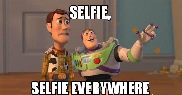 Gigit jari liat yang lain selfie