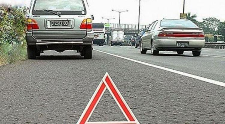 Pasang hazzard dan tanda segitiga