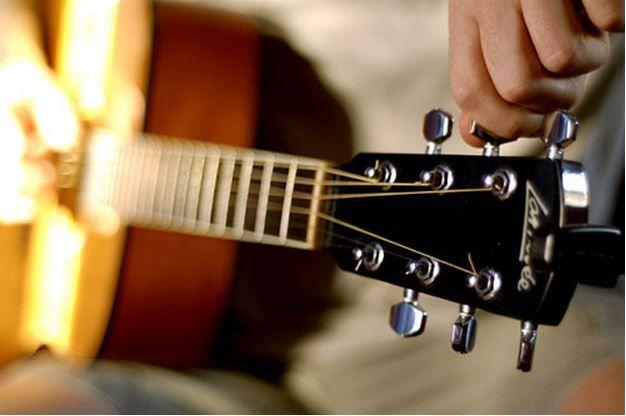 Pelajari cara tuning atau menyetel senar gitar