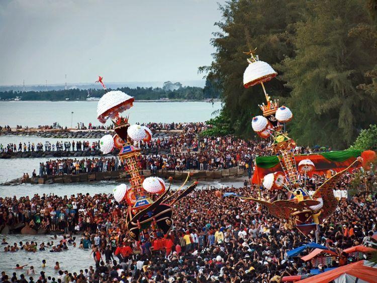 Puncak festival tabuik yakni pembuangan tabuik ke laut yang akan dipenuhi lautan manusia