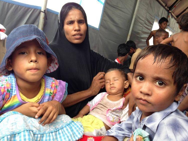 Bahkan ada Ibu yang tak mengerti apa yang sedang dimasukkan ke tubuh putranya (Kredit: Chaideer Mahyudin, AFP