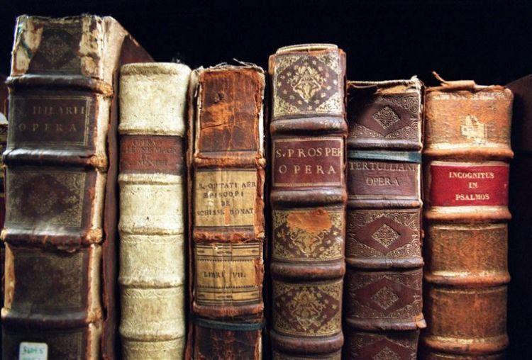 Gunakan silica gel untuk merawat buku tua
