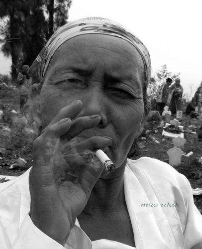Cewek merokok ke barat-baratan? Coba pikir lagi.