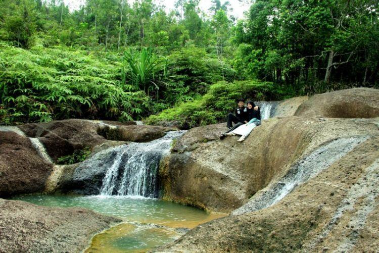 Tapian puti yang menyajikan aliran air pada kolam kolam seperti tempat pemandian yang diyakini tempat pemandian bidadari