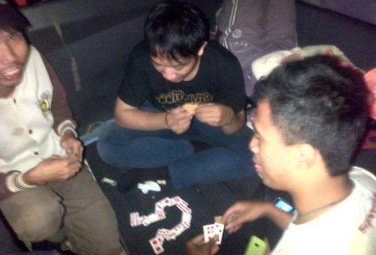 Jangan terlalu lama bermain kartu. (dok. pribadi bersama rekan RIMBA Adventure).