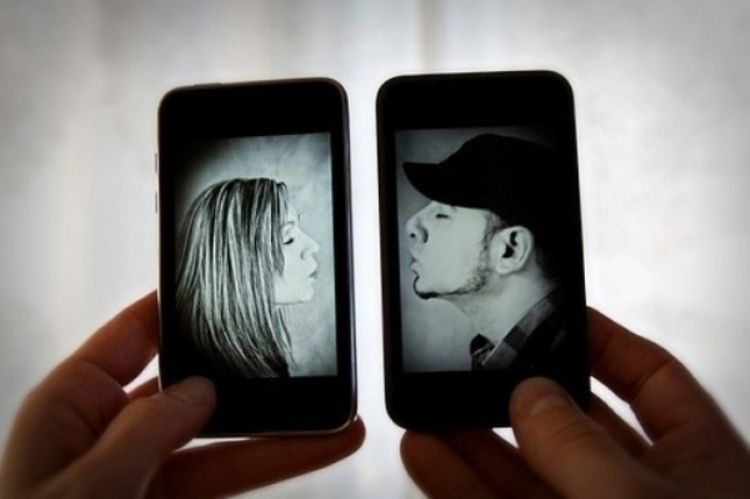 Pacaran lewat smartphone gak papa, yang penting komunikasinya.