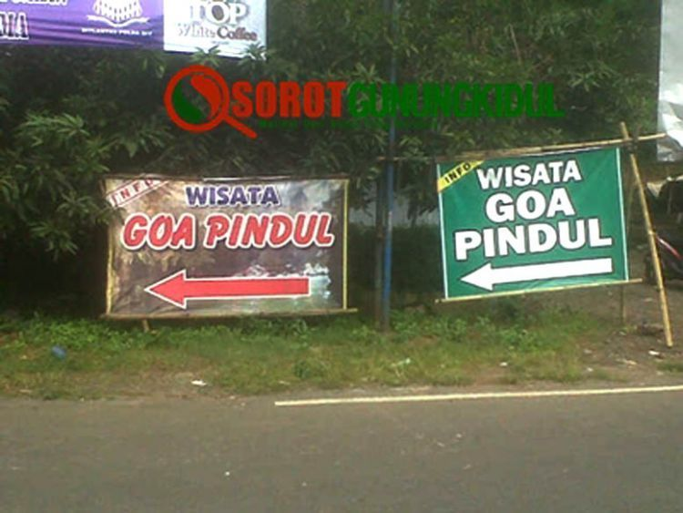 Spanduk penunjuk objek wisata Goa Pindul di sepanjang jalan