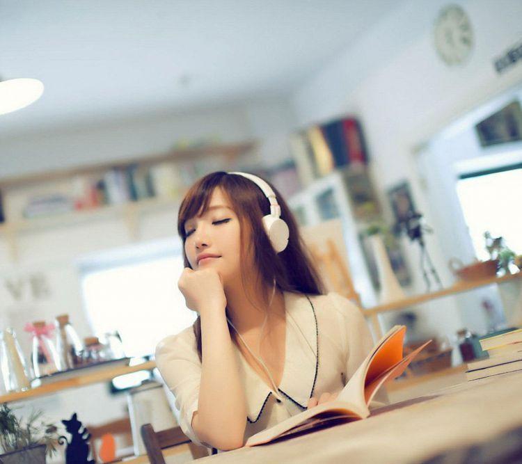 Mendengarkan musik sembari makan Chocolatos bisa menceriakan harimu