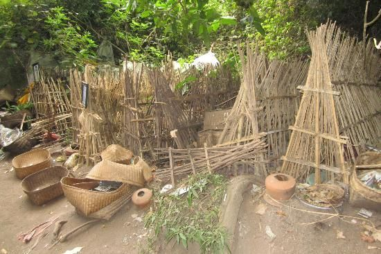 Kuburan hanya terbuat dari kayu yang disusun sedemikian rupa