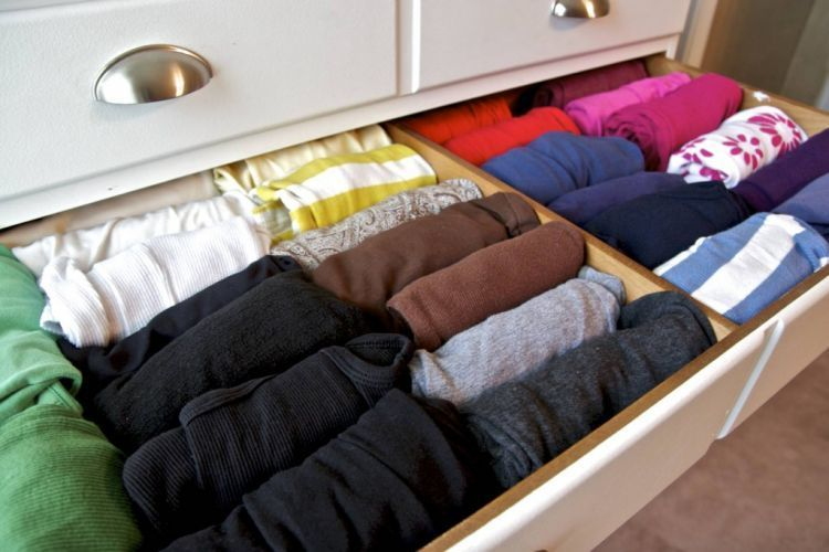 Menggulung pakaian membantumu menyimpan lebih banyak pakaian