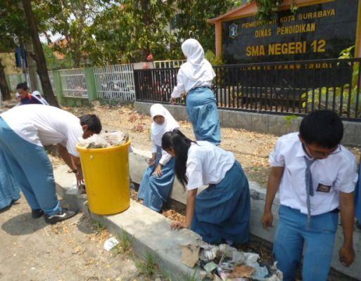 Bersih-bersih sekolah