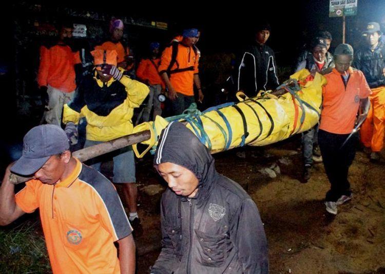 Evakuasi jenazah pendaki