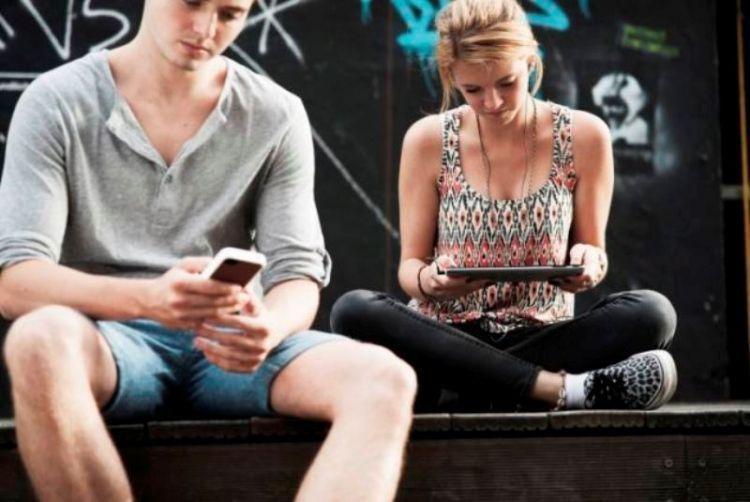 Handphone sangat berguna untuk bisa menyibukan diri