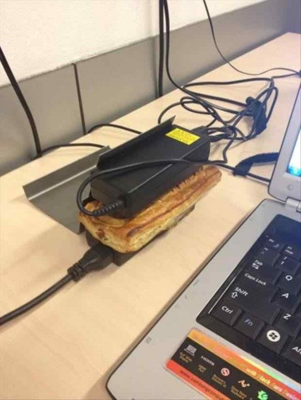 Memanggang roti dengan chager laptop