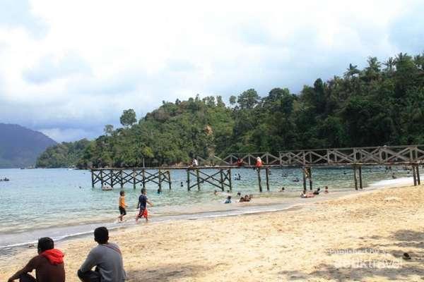 Pantai pasir putih Karanggongso