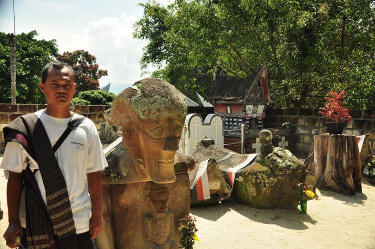 Kompleks Makam Raja Sidabutar dengan patung-patung etniknya