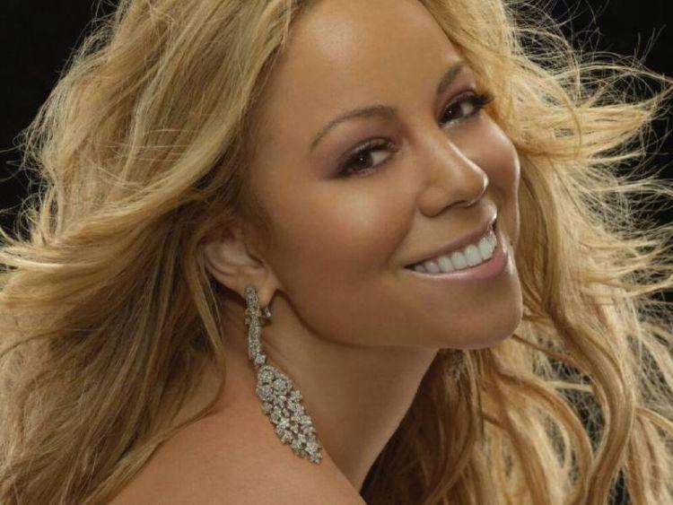 Mariah Carey adalah seorang penyanyi yang bernyayi sejak kecil