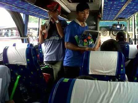 Duet pemburu nafkah diatas bus