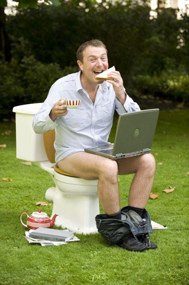 Saking lamanya ngeden, kamu sempet makan dan main laptop