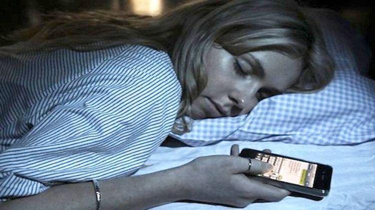 Kurangi penggunaan barang elektronik ketika hendak tidur