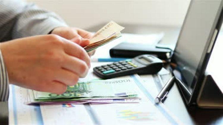 Mengatur keuangan, jangan sampai terlalu banyak mengeluarkan uang